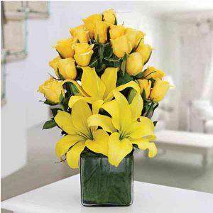 Yellow-Roses-With-Yellow-Li